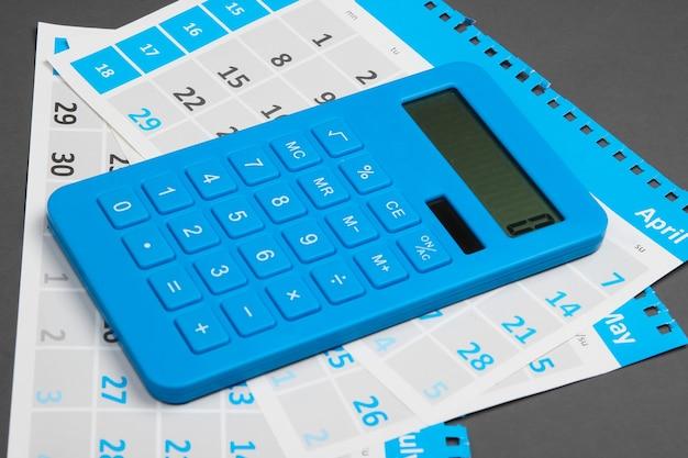 회색에 월별 달력 시트가있는 계산기. 주택 임대료 계산.