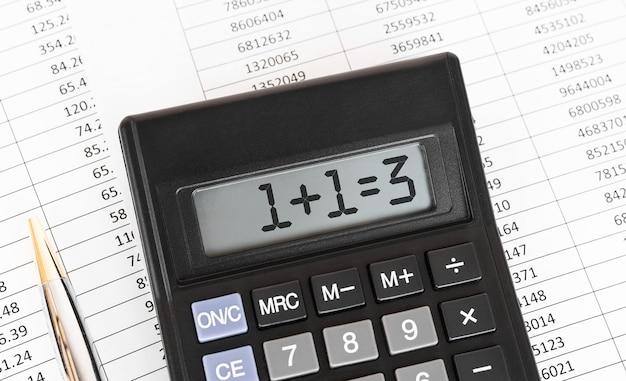 ディスプレイに1と1を等しく3と表示した電卓。