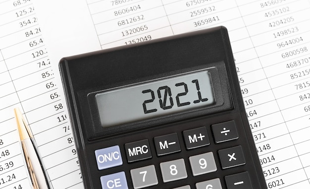 ディスプレイに2021という単語が表示された電卓。