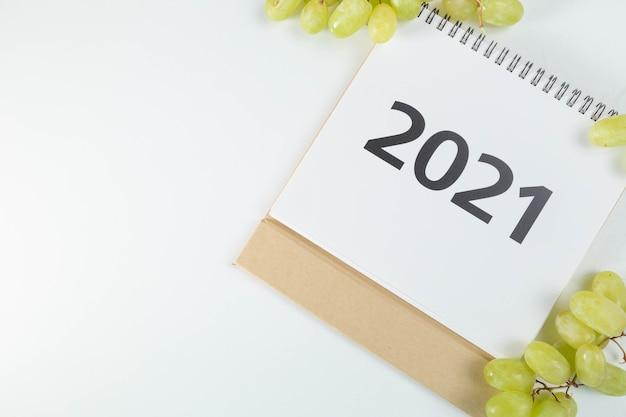 Календарь 2021 в стороне рядом с гроздьями винограда