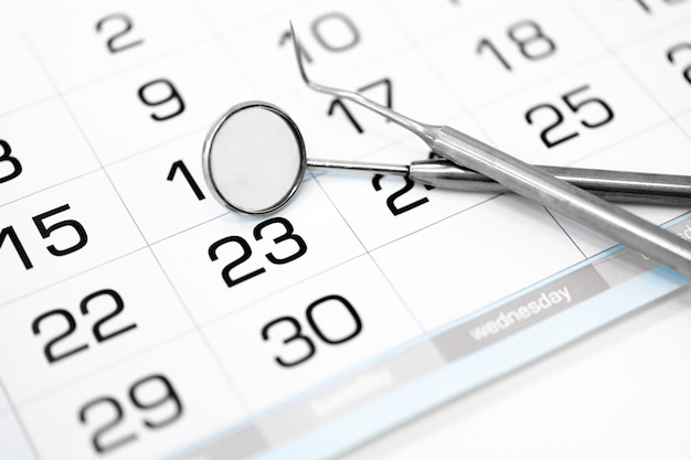 カレンダーと歯科用器具のクローズアップ