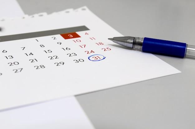 テーブルの上のカレンダーとペン、31番号