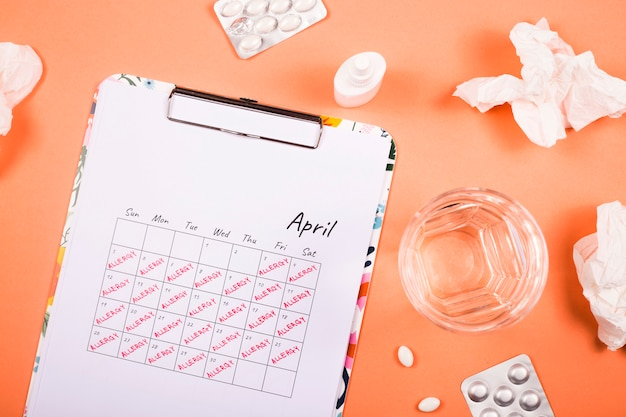 The calendar for april warns of allergies and its prevention.