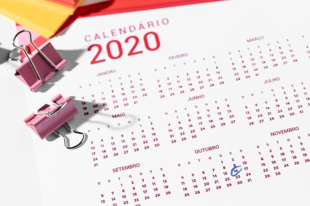 Calendario e clip raccoglitore ad alto angolo