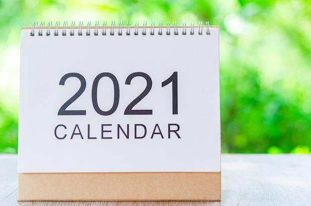 自然の木製テーブルの計画とリマインダーのための主催者のためのカレンダーデスク2021