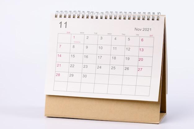 11月のカレンダーはテーブルのクローズアップにあります