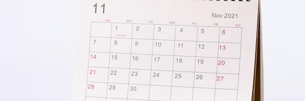11월 달력이 테이블 클로즈업에 있습니다.