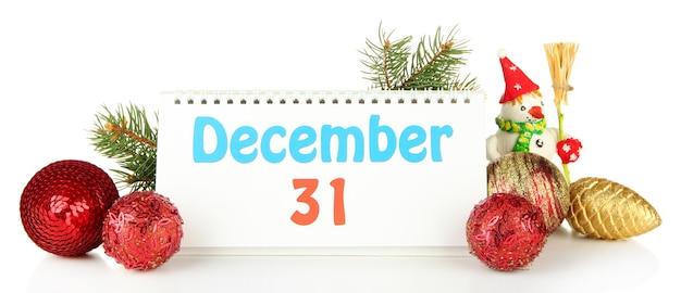 Календарь, новогодний декор и елка, изолированные на белом
