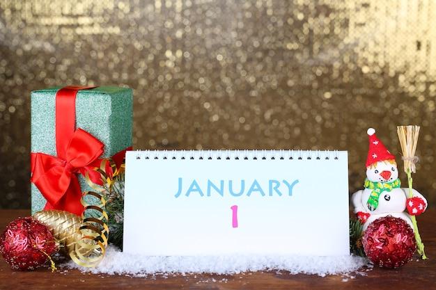 Календарь, новогодний декор и елка