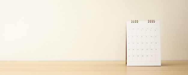 Календарь на деревянный стол с белой стеной