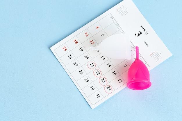 カレンダーページと月経カップのクローズアップ