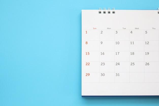 Страница календаря крупным планом на синем фоне бизнес-планирование встречи концепция встречи