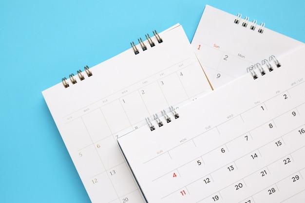 달력 페이지는 파란색 테이블, 사업 계획 약속 회의 개념에 가까이