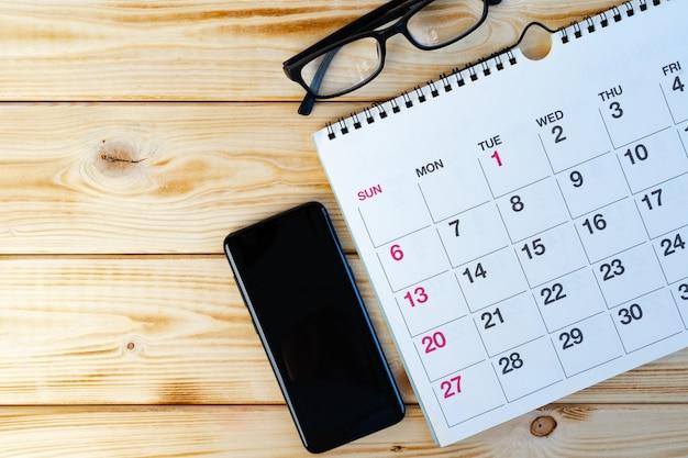 Страница календаря крупным планом на офисном столе