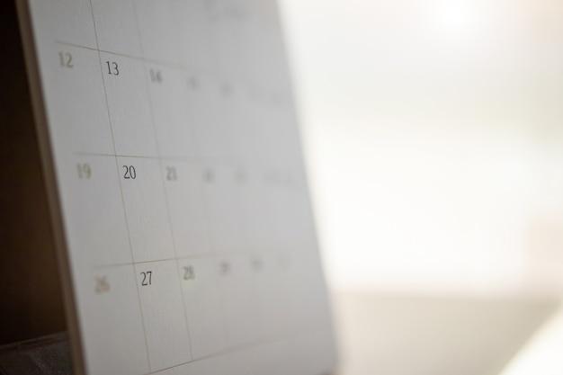 달력 페이지는 나무 테이블 배경 사업 계획 약속 회의 개념에 가까이