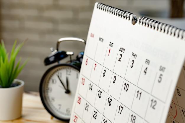 Страница календаря крупным планом на деревянном офисном столе