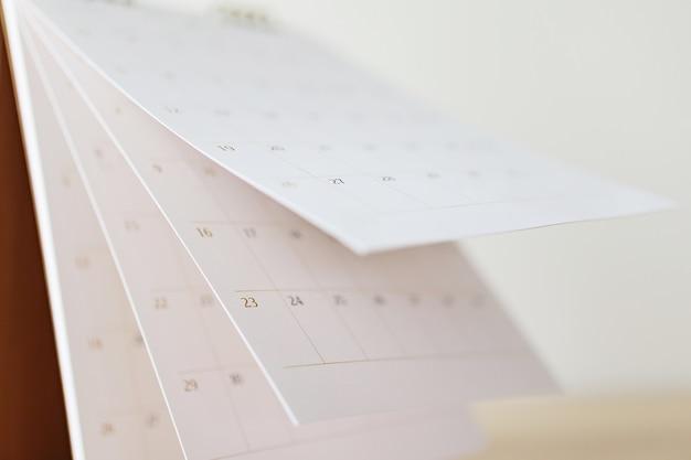 カレンダーページめくりシートクローズアップ背景をぼかすビジネススケジュール計画予定会議のコンセプト