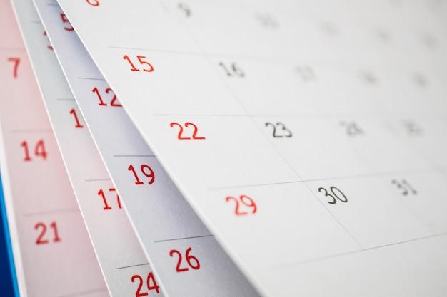 캘린더 페이지 뒤집기 시트는 사무실 테이블 배경 비즈니스 일정 계획 약속 회의 개념에 가까이