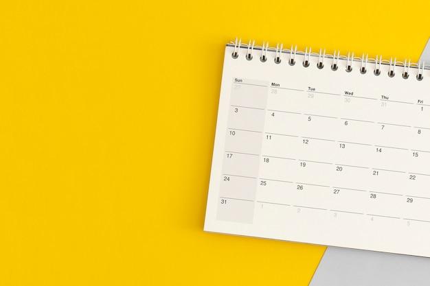 Страница календаря на цветном фоне. планирование бизнеса