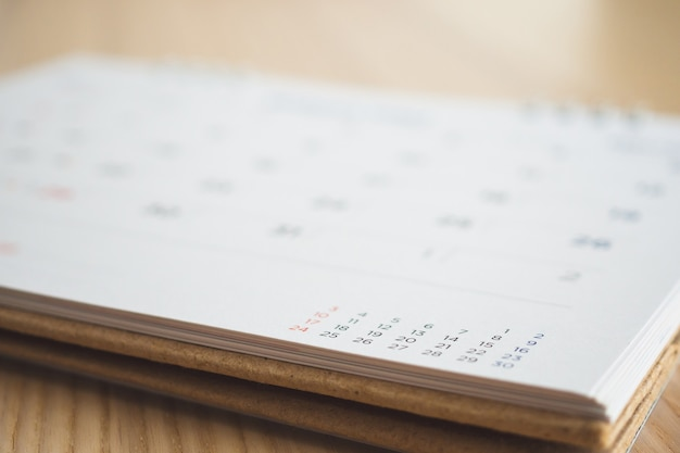 木製のテーブルの背景のカレンダーページ