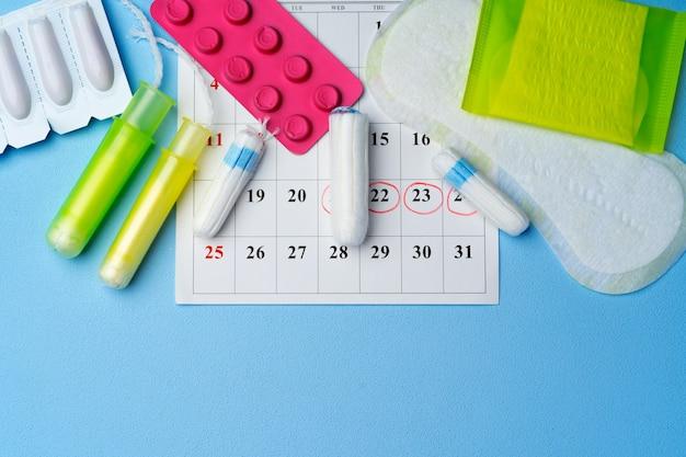Страница календаря с женскими предметами гигиены менструального цикла