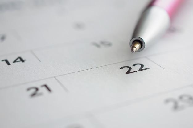 22日目にペン先のあるカレンダーページ