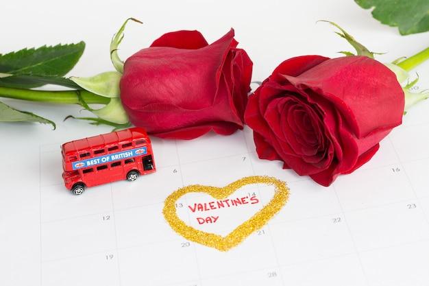 Календарь дня святого валентина с розами и лондонским автобусом