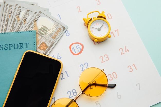 여권, 선글라스와 스마트 폰 파랑 달력