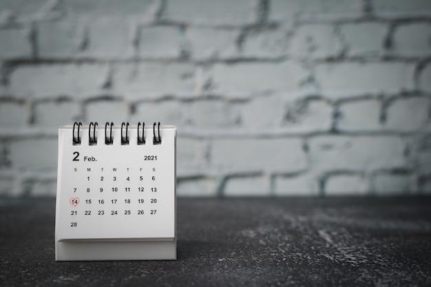 14年2月の日付を示す赤いハート型のカレンダー