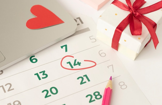 2月14日に赤いマークが付いたカレンダー