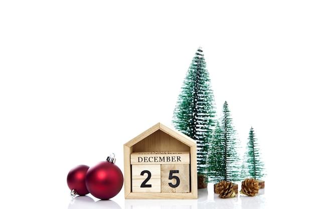 Календарь с датой рождества на белой стене