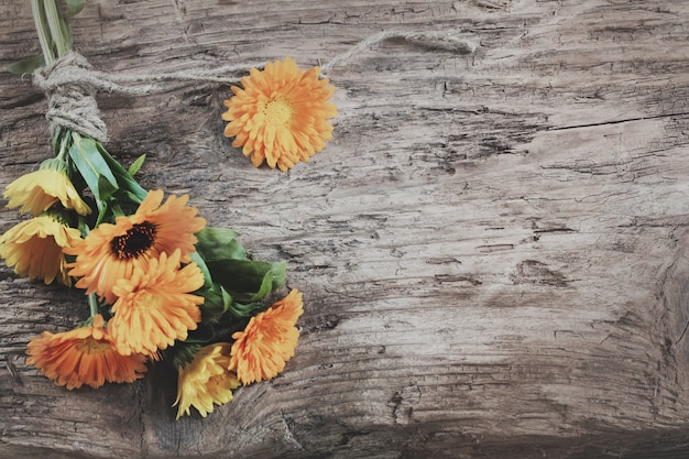 木製の背景、マリーゴールドのキンセンカの花
