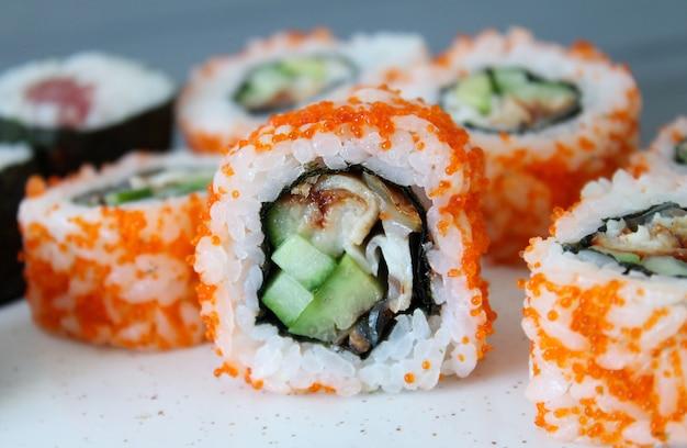 훈제 장어, 오이, 아보카도, 빨간 캐 비어와 캘리포니아 롤 초밥. 스시 메뉴. 일본 음식. 확대