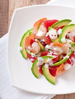 Калифорнийский салат - смесь авокадо, грейпфрута и креветок, приправленная йогуртом из кайенского перца