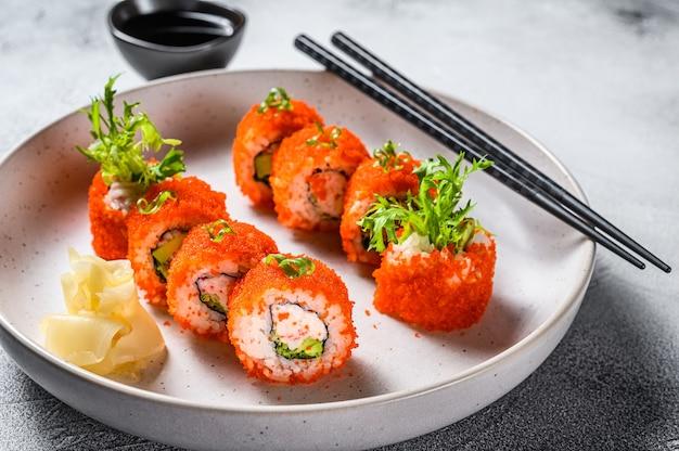 アボカドとカニ肉が入ったカリフォルニアロール寿司