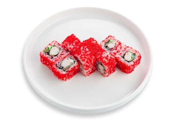 Суши-ролл калифорния с креветками, сливочным сыром и икрой. на белой керамической тарелке. белый фон. изолированный.