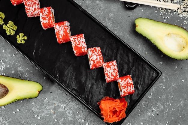 Роллы в стиле суши в калифорнии, с сырыми овощами, фоном границы еды.