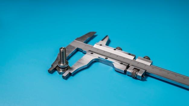 キャリパーは高精度の測定ツールです。パーツの正確なサイズ。プロフェッショナルツール。