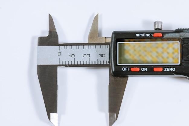 キャリパー。現代のデジタル測定装置。測定精度。