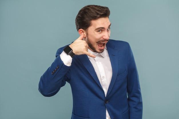 콜 센터 개념입니다. 스마트 폰 기호를 표시 하 고 웃 고 남자입니다. 비즈니스 사람들이 개념, 풍부 하 고 성공입니다. 밝은 파란색 배경에 실내 스튜디오 촬영