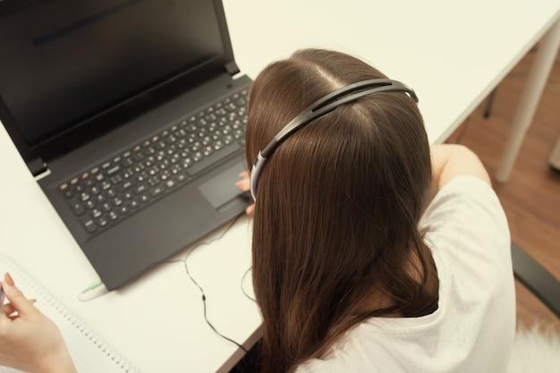 콜센터 직원. 그 소녀는 마이크와 헤드폰으로 사무실에서 일한다