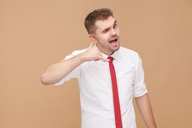 Колл-центр. человек показывает позывной. концепция деловых людей, хорошие и плохие эмоции и чувства. студийный снимок, изолированные на светло-коричневом фоне