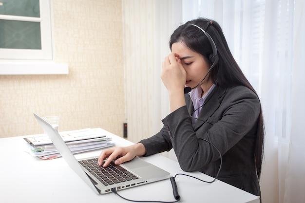 コールセンターのオペレータ。オフィスでの仕事からのストレスを感じる。