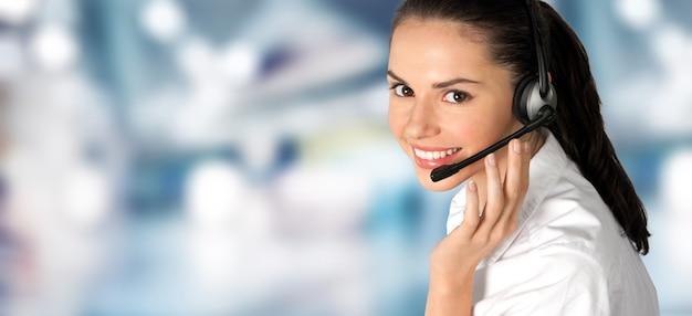 콜센터 서비스. 고객 지원 또는 판매 대리인의 사진.