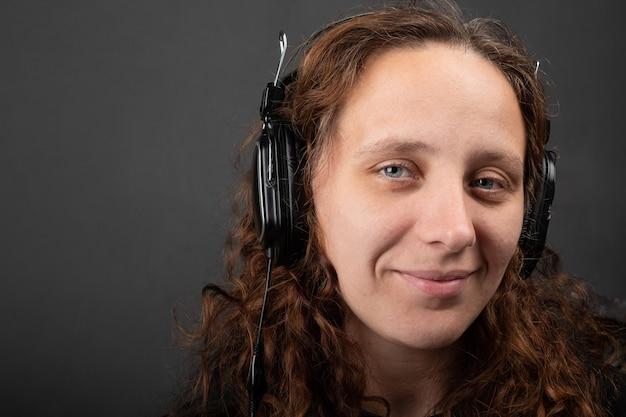 Женщина-оператор call-центра с девушкой веб-поддержки hedphones на сером фоне