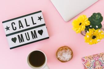 Звони маме с надписью цветами и чаем