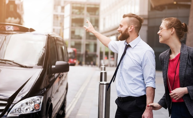 택시를 불러, 회의에 늦으면 안돼