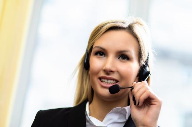 Женский оператор call-центра улыбается