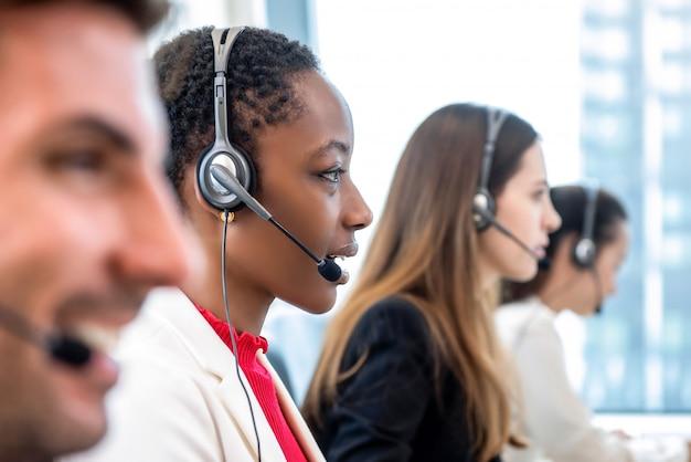 Разнообразная команда call-центра, работающая в офисе