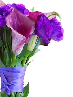 칼라 릴리와 eustoma 꽃 꽃다발 가까이 흰색 절연